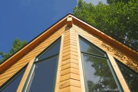 Ilustrační foto (www.shutterstock.com), na jih orientovaný štít dřevostavby se šikmou střechou