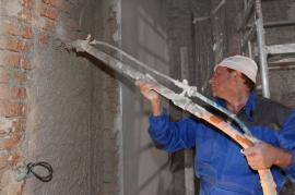 Foto: Cemix, strojní nanášení omítky na zeď