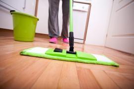 Ilustrační foto (www.shutterstock.com), manuální mytí podlahy