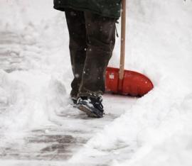 Ilustrační foto (www.shutterstock.com), manuální odstraňování sněhu