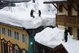 Ilustrační foto (www.shutterstock.com), úklid sněhu na střeše