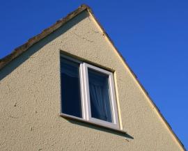 Ilustrační foto (www.shutterstock.com), okno ve štítu staršího rodinného domu