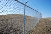 Ilustrační foto (www.shutterstock.com), drátěný plot s ocelovými sloupky v bezpečnostním provedení