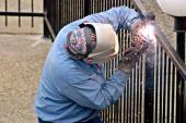 Ilustrační foto (www.shutterstock.com), svařování ocelového plotu
