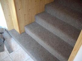 Foto: Podlahy Zeus, celoplošný koberec položený na schodiště