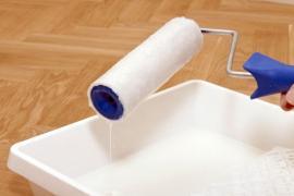 Ilustrační foto (www.shutterstock.com), natírání prkenné podlahy
