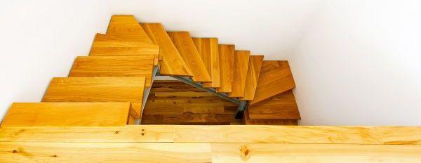 Ilustrační foto (www.shutterstock.com), prkenná podlaha a schodiště