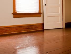 Ilustrační foto (www.shutterstock.com), stará prkenná podlaha natřená barvou