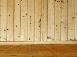 Dřevěné obklady a podlaha si spolu rozumí
