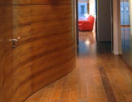 Unikátní řešení dřevěných deskových obkladů - ohýbané dřevo, dveře ze stejného materiálu