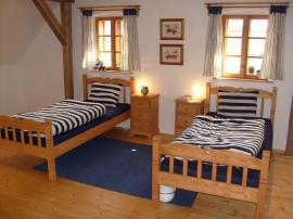 Foto: UNIS-N, postele z masivu