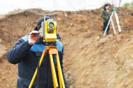 Ilustrační foto (www.shutterstock.com), současné geodetické měření
