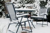 Ilustrační foto (www.shutterstock.com), sníh na zahradním nábytku