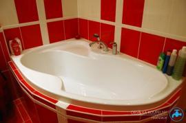 Foto: Koupelny-Obselka, prostorná rohová vana, barevný obklad