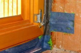 Utěsnění dřevěného okna, instalace do cihelného zdiva