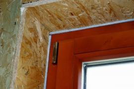 Usazení dřevěného okna v dřevostavbě, v prostoru izolace
