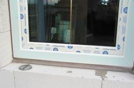 Pohled na správně namontované plastové okno z exteriéru