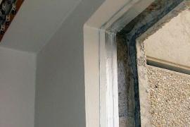 Instalace vnitřní vzduchotěsné fólie na očištěné a impregnované ostění po demontáži starého okna
