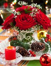 Květiny na vánočně vyzdobeném stole