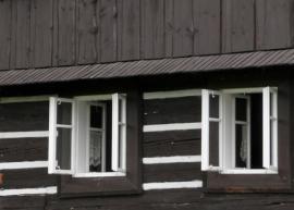 Detail oken rekreační chalupy