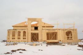 Nikde nic, jen hrubá rámová konstrukce dřevostavby, škoda nezaizolovaného (nepřikrytého) bednění krovu