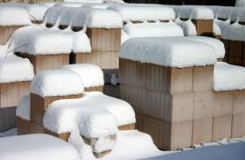 Nevhodné řešení uskaldnění keramických tvarovek, kromě krádeže hrozí i jejich poškození vodou a mrazem