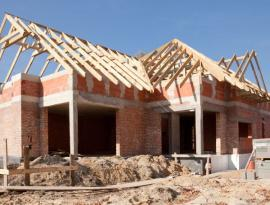 Střechu je ideální před zimou stihnout, alespoň konstrukci krovu, latě či bednění a střešní krytinu