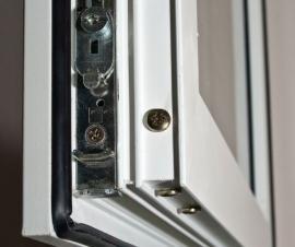 Plastové okno, detail kování a těsnění