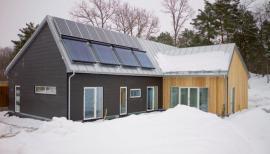 Bezpečností prvky střech od firmy Lindab byly důmyslně použity pro upevnění solárních panelů.