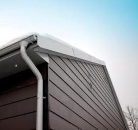 Lindab Rainline – bezúdržbový stavebnicový okapový systém, profily Lindab RdBx pro dělící příčky a falcovanou krytinu zpozinkované oceli spovrchovou úpravou Lindab Seamline dodala na stavbu společnost Lindab, divize Profil.