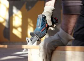 Pila ocaska GSA 10,8 V-LI Professional při řezání dřeva