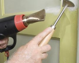 Odstraňování barvy horkovzdušnou pistolí a speciální škrabkou