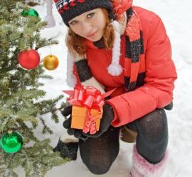 Romantické překvapení před venkovním vánočním stromkem