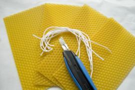 Pláty včelího vosku, knoty a řezátko
