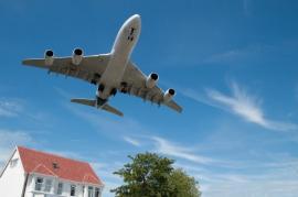 Těžko si lze představit více hluku, než v domě u letiště
