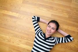 Dobře izolovaná podlaha hřeje a při chůzí přenáší o patro níž co nejméně hluku