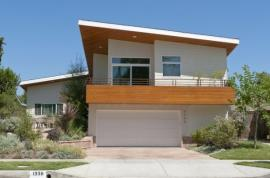Tato garáž nepřekáží pohledu ani dispozičnímu řešení domu