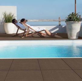 Pohodlná relaxace na terase z materiálu WPC