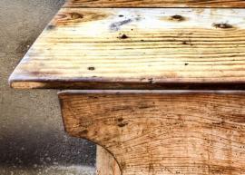 Starý dřevěný stůl poškozený červotočem