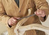 Broušení hran židle z ohýbaného dřeva