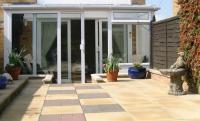 Kombinace betonové zámkové dlažby a plošných dlaždic