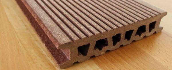 Dutá dřevoplastová prkna - pozor, v případě jejich použití je nutný dostatečný spád terasy