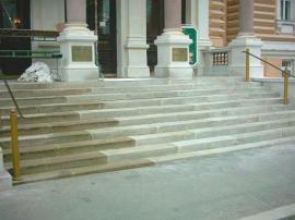 Vždy se nejprve renovuje jen část schodiště, aby byl umožněn pohyb po něm