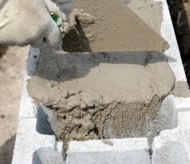 Vylévání ztraceného bednění betonem
