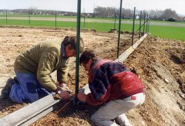 Pokládání plastových plotových základů