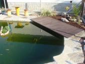 Použití plastových rýhovaných desek kolem bazénu