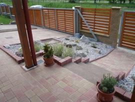 Kombinace betonových palisád a obrubníků s betonovou zámkovou dlažbou