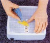 Každý skleněný díl je nutné upravit do požadovaného tvaru na stolní, vodou chlazené brusce