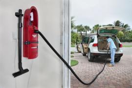 Vysávání osobního automobilu nástěnným vysavačem Garage Vac