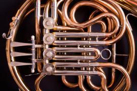 Detail mosazného dechového hudebního nástroje